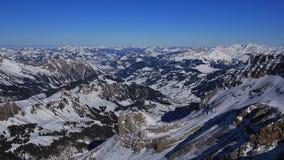 Valle di Saanenland nell'inverno e nelle catene montuose Fotografia Stock Libera da Diritti