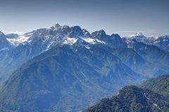 Valle di Sava con i picchi nevosi dentellati di Julian Alps, Slovenia Immagini Stock