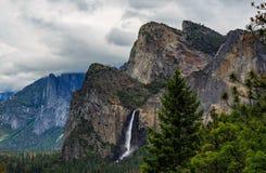 Valle di Yosemite con le cadute del Nevada ed il EL Capitan fotografie stock libere da diritti