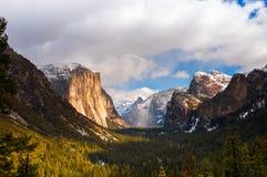 Valle di Yosemite dalla vista del tunnel un giorno nebbioso Nazione di Yosemite immagini stock