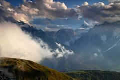 Valle, dolomia e Tre Cime di Sesto in nuvole soleggiate al tramonto Immagini Stock Libere da Diritti