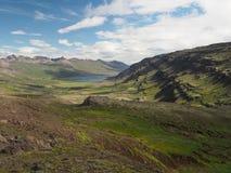Valle dorata con una corrente e le montagne del fiume delle rocce fotografia stock