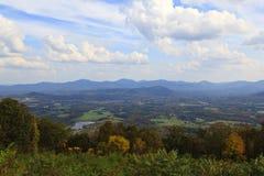 Valle e montagne Fotografie Stock