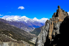 Valle e roccia delle montagne dell'Himalaya nella priorità alta Fotografie Stock Libere da Diritti