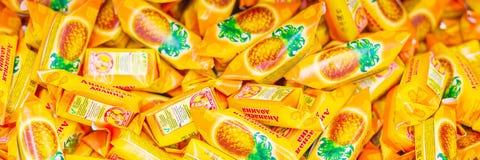 Valle en estantes de una tienda, textura de la pi?a de los dulces Texto en ruso: caramelo, valle de la pi?a, Slavyanka foto de archivo