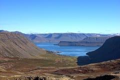 Valle en forma de 'U' Bildudalur que contiene cercano, Islandia Imagenes de archivo