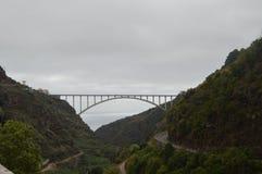 Valle en la isla de palma de Forest Of Los Tilos On con un puente en el fondo que une los dos extremos de la isla Viaje, imágenes de archivo libres de regalías