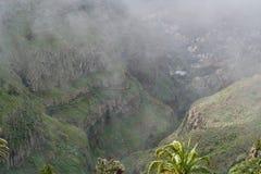 Valle en la niebla Imágenes de archivo libres de regalías