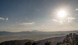 Valle en Tanzania con el sol Imagen de archivo libre de regalías