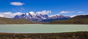 Valle enorme y lago claro del agua en el paisaje de Suramérica imagen de archivo