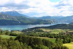 Valle entre las montañas de Hautes-Alpes, Francia de Serre-Poncon del lago fotografía de archivo libre de regalías
