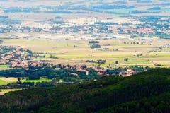Valle escénico con la opinión extensa del panorama de las ciudades de Dzierzoniow y de Pieszyce en una provincia más baja de Sile Imágenes de archivo libres de regalías