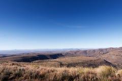 Valle estéril verde hermoso con las montañas fotografía de archivo libre de regalías