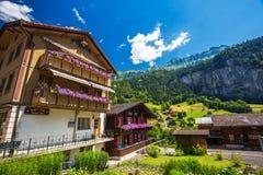 Valle famosa di Lauterbrunnen con la casa tipica in alpi svizzere Immagini Stock Libere da Diritti