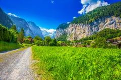 Valle famosa di Lauterbrunnen con le alpi splendide dello svizzero e della cascata Immagine Stock