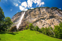 Valle famosa di Lauterbrunnen con le alpi splendide dello svizzero e della cascata Fotografia Stock