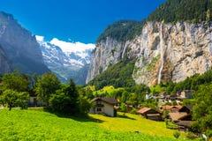 Valle famosa di Lauterbrunnen con le alpi splendide dello svizzero e della cascata nei precedenti, Berner Oberland, Svizzera, Eur Fotografia Stock Libera da Diritti