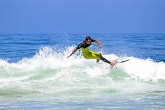 VALLE FIGUEIRAS - 20 DE AGOSTO: Persona que practica surf profesional que practica surf una onda Fotografía de archivo libre de regalías