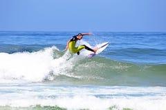 VALLE FIGUEIRAS - 20 DE AGOSTO: Persona que practica surf profesional que practica surf una onda Imagen de archivo