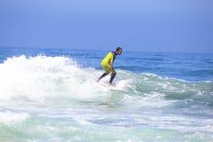 VALLE FIGUEIRAS - 20 DE AGOSTO: Persona que practica surf profesional que practica surf una onda Imagen de archivo libre de regalías