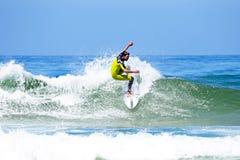VALLE FIGUEIRAS - 20 DE AGOSTO: Persona que practica surf profesional que practica surf una onda Imágenes de archivo libres de regalías