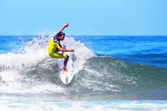 VALLE FIGUEIRAS - 20 DE AGOSTO: Persona que practica surf profesional que practica surf una onda o Imágenes de archivo libres de regalías