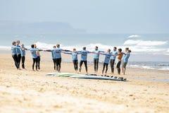 VALLE FIGUEIRAS, PORTUGAL - 16 de agosto de 2014: Personas que practica surf que hacen excers Foto de archivo libre de regalías