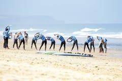 VALLE FIGUEIRAS, PORTUGAL - 16 de agosto de 2014: Personas que practica surf que hacen excers Foto de archivo