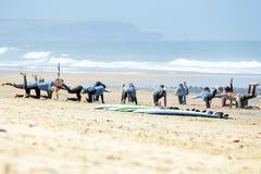 VALLE FIGUEIRAS, PORTUGAL - 16 de agosto de 2014: Personas que practica surf que hacen excers Imagen de archivo