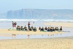VALLE FIGUEIRAS, PORTUGAL - 16 de agosto de 2014: Personas que practica surf que hacen excers Imagenes de archivo