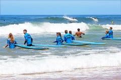 VALLE FIGUEIRAS, PORTUGAL - 20 de agosto de 2014: Personas que practica surf que consiguen el surfe Imagen de archivo libre de regalías