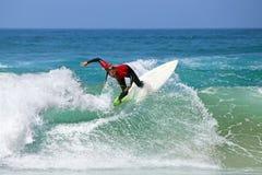 VALLE FIGUEIRAS, PORTUGAL - 20 de agosto de 2017: El practicar surf de la persona que practica surf Imagen de archivo