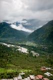 Valle fra le alte montagne Immagini Stock Libere da Diritti