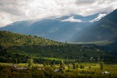 Valle fra le alte montagne Fotografia Stock Libera da Diritti