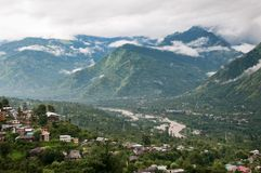 Valle fra le alte montagne Fotografia Stock