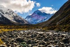 Valle glacial con el pico de montaña en la distancia Imagen de archivo libre de regalías