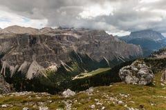 Valle glacial en parque de naturaleza de Puez-Geisler Imagen de archivo libre de regalías