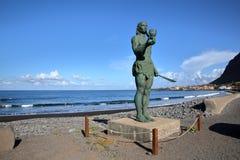 VALLE GRAN REY, LA GOMERA, ESPAÑA - 19 DE MARZO DE 2017: Playa de Playa del La en el La Puntilla con la estatua de Hautacuperche  Imagen de archivo libre de regalías