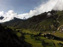 Valle Himalayan con el pico de Annapurna IV Imagen de archivo