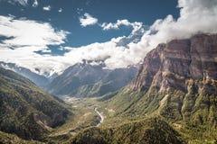 Valle himalayana con il fiume che viene attraverso le montagne Fotografie Stock Libere da Diritti