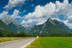 Valle idillica della montagna con la strada fotografia stock libera da diritti