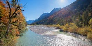 Valle ilustrado del rissbach, karwendel del parque de naturaleza en otoño imagen de archivo libre de regalías