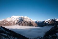 Valle nebbiosa dei alpes del deux di Les Fotografie Stock