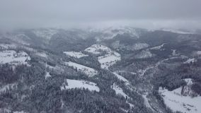 Valle nebbiosa delle montagne in neve stock footage