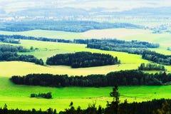 Valle nebbiosa di Broumovsko in repubblica Ceca con i campi ed i prati verdi Paesaggio pittoresco scenico della campagna Fotografie Stock