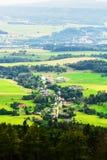 Valle nebbiosa di Broumovsko in repubblica Ceca con i campi ed i prati verdi Vasto panorama del villaggio di Ruprechtice nel Sude Fotografie Stock