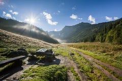 Valle nebbiosa in montagne Fotografie Stock