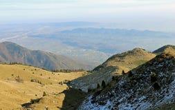 Valle nelle montagne e nel paesaggio alpino Fotografie Stock Libere da Diritti