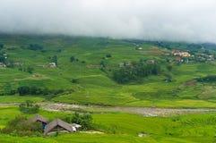 Valle pittoresca della montagna con i terrazzi ed il fiume del riso Immagini Stock Libere da Diritti