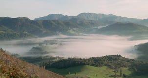 Valle por completo de la niebla entre las montañas almacen de video
